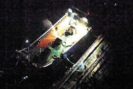 지난 2018년 동중국해에서 촬영된 중국 선박과 북한 선박 간의 불법 유류 환적 추정 장면. 북한은 작년에도 선박 간 환적을 통해 유엔 안보리 대북제재로 금지된 석탄·유류 거래를 계속했다고 로이터·AFP 등이 10일(현지시각) 보도했다.