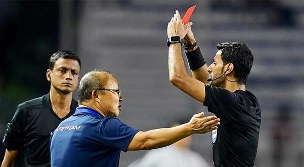 심판 판정에 항의하다가 레드카드를 받고 있는 박항서 베트남축구대표팀 감독./VN익스프레스
