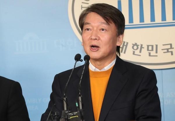 안철수 국민당(가칭) 창당준비위원장이 11일 국회에서 공약을 발표하고 있다./조선일보 DB