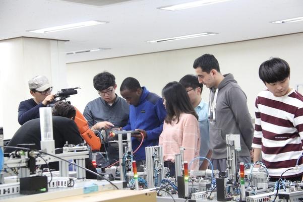 영남이공대학교 기계계열 학생들이 실습을 하고 있는 모습. /영남이공대학교 제공