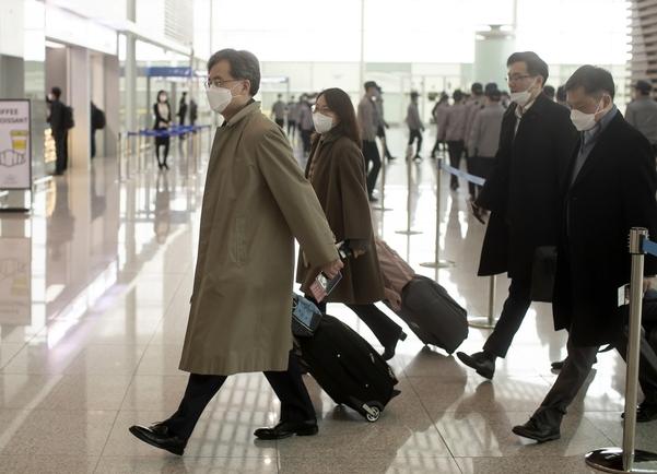 김현종 청와대 국가안보실 2차장이 12일 인천국제공항 제2터미널 출국장을 통해 출국하고 있다. /연합뉴스