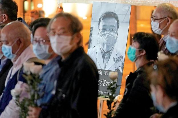 리원량 사망 다음날인 지난 7일 홍콩에서 열린 추모 집회에 모인 홍콩시민들. /AP 연합뉴스