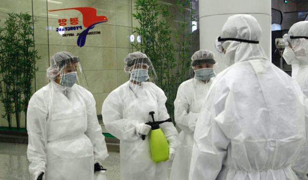 신종 코로나 검역 작업을 위해 방역복을 입은 평양국제공항 직원들의 모습. /AP 연합뉴스