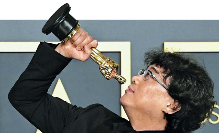 지난 9일 밤(현지 시각) 92회 아카데미 시상식에서 영화 '기생충'으로 작품상, 감독상 등 4개 부문을 수상한 봉준호 감독이 시상식 후 '오스카' 트로피를 들고 익살스러운 포즈를 취하고 있다.