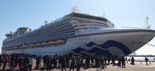 11일 낮 대형 여객선 '다이아몬드 프린세스'가 접안해 있는 요코하마 다이코쿠(大黑)부두에 일본 국내외 취재진이 몰려 있다. /연합뉴스