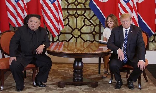 도널드 트럼프 미국 대통령과 김정은 북한 국무위원장이 작년 2월 28일 베트남 하노이 메트로폴 호텔에서 2차 정상회담을 하고 있다./연합뉴스