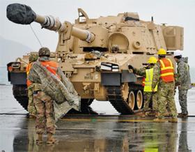 美 순환배치 제2 기갑여단 광양항 도착 - 주한미군 관계자들이 13일 전남 광양항에 도착한 미 육군 M109A6 팔라딘 자주포(155㎜)를 살펴보고 있다. 이번에 한국에 순환 배치되는 제1보병사단 예하 제2 기갑여단전투단의 장비다.