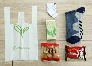 노숙인에게 나누는 선물. 손편지, 양말, 간식 등으로 구성되며 침낭, 신발 등이 추가되기도 한다.