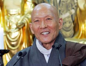 2006년 4월 길상사에서 '스스로 행복하라'를 주제로 법문하는 법정 스님. 19일 10주기 추모법회에선 이 법문을 영상으로 볼 수 있다.