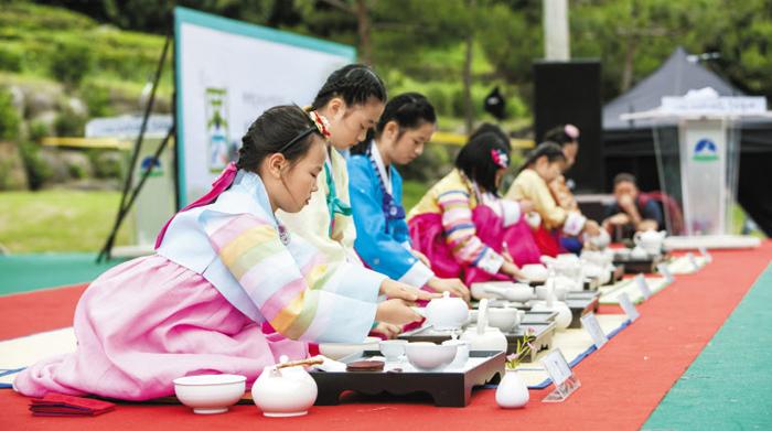 지난해 5월 하동 야생차 축제에 참가자들이 다도체험을 하고 있다.