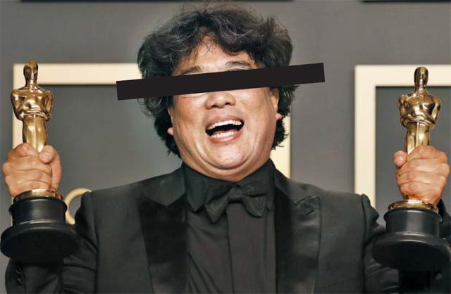 영화 '기생충'의 봉준호 감독이 지난 9일(현지 시각) 미국에서 열린 아카데미 시상식에서 오스카 트로피를 들고 활짝 웃고 있다. 이 사진은 '기생충'포스터를 패러디한 것이다. /EPA 연합뉴스