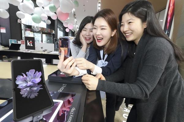 서울 광화문 KT스퀘어에서 고객들이 갤럭시Z 플립을 사용하고 있다. /KT 제공