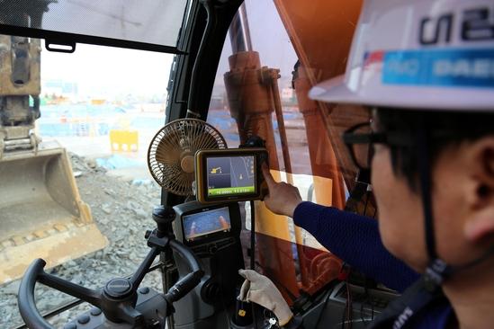 성남에서 건설중인 e편한세상 금빛 그랑메종 현장에서 머신 컨트롤 장비를 장착한 굴삭기를 이용해 토목 공사를 진행하고 있다. /대림산업 제공