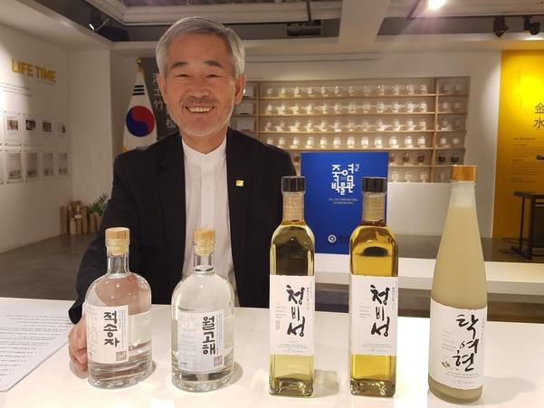 """죽염 전문업체인 인산가 김윤세 회장은 """"소금장수가 술을 빚는 까닭은 세상에 나쁜 술들이 너무 많기 때문""""이라고 말했다. /박순욱 기자"""
