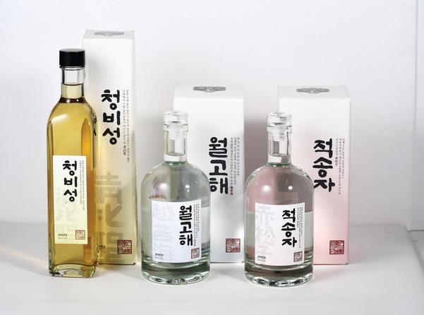 인산가의 술 제품들. 사진 왼쪽부터 약주 '청비성', 증류소주 '월고해'(42도), 소주 '적송자'(72도). /인산가 제공