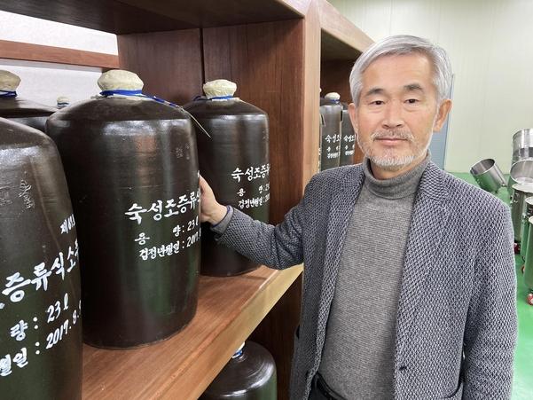 인산가 김윤세 회장이 함양의 양조장에서 숙성 중인 술을 살펴보고 있다. /인산가 제공