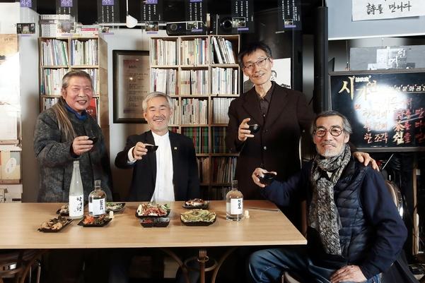 인산가 김윤세 회장이 서울 인사동에서 '신풍류도' 술모임을 갖기에 앞서 지인들과 건배를 하고 있다. /조선뉴스프레스 양수열 기자