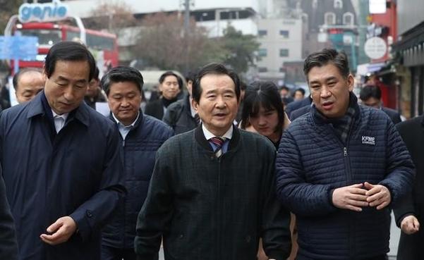 정세균 국무총리가 13일 서울 신촌 명물거리를 방문했다./뉴시스