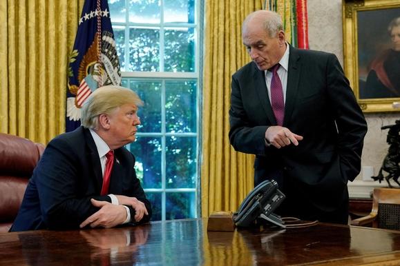 트럼프 행정부 전반기 내각의 핵심이었던 존 켈리 전 미국 백악관 비서실장(오른쪽)이 2018년 10월 백악관에서 도널드 트럼프 미국 대통령과 이야기를 나누고 있다. /로이터연합뉴스