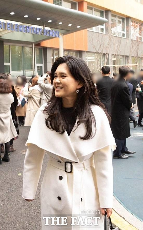 흰색 코트를 입고 아들 졸업식에 참석한 이부진 사장./더팩트 제공