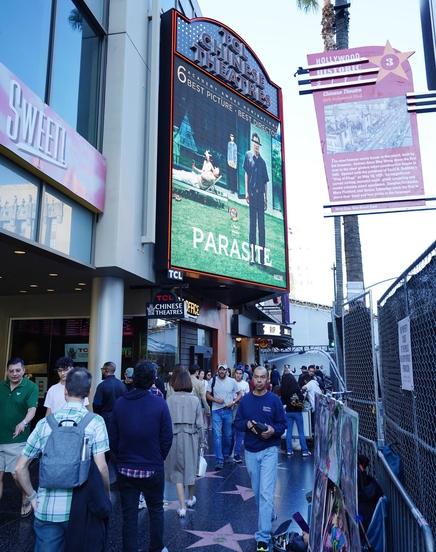 제92회 아카데미 시상식을 하루 앞둔 8일(현지시각) 미국 로스앤젤레스 TCL 차이니즈 극장 앞에 기생충 포스터가 대형 스크린에 띄워져 있다. /연합뉴스