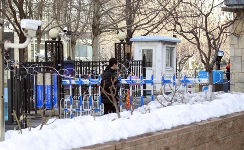 신종 코로나바이러스 감염증(코로나19)이 중국 전역에서 확산 중인 가운데 베이징시 당국이 10일부터 베이징 거주지에 대해 봉쇄식 관리를 시작했다. 베이징 한 아파트 주민이 배달음식을 받기 위해 통제된 출입구에서 배달원을 기다리고 있다. /연합뉴스
