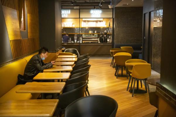 지난달 28일 중국 베이징의 식당에서 한 남성이 주문한 음식을 기다리고 있다. /AP 연합뉴스