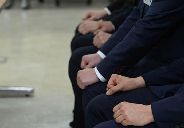 청년 구직자들이 면접 순서를 기다리고 있다. /조선DB