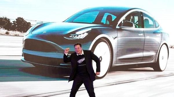 일론 머스크 테슬라 CEO가 지난 7일 중국 상하이 테슬라 '기가팩토리'에서 열린 '모델3' 인도식에서 '막춤'을 선보이고 있다. /로이터 연합뉴스