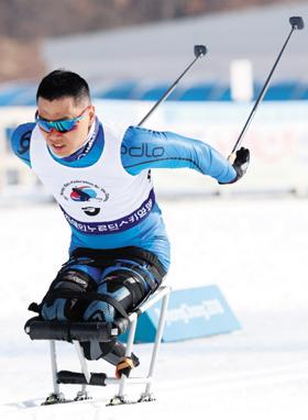 신의현이 14일 전국장애인동계체전 크로스컨트리 스키 4.5㎞ 프리(좌식)에서 역주하는 모습.