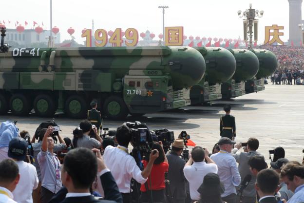 중국이 지난 1일 건국 70주년 열병식에서 처음 공개한 둥펑(DF)-17 극초음속 탄도미사일. /AP 연합뉴스