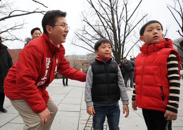자유한국당 황교안 대표가 15일 오후 서울 종로구 마로니에 공원에서 아이들과 이야기를 나누고 있다./연합뉴스