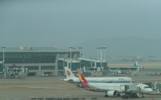 인천공항 1터미널 계류장에 계류돼 있는 여객기들./연합뉴스