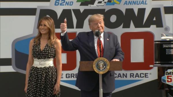 도널드 트럼프 대통령이 영부인 멜라니아 여사와 함께 '데이토나 500'에 참석해 개회사를 전하고 있다. /CNN