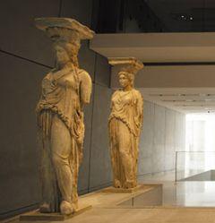 아크로폴리스 박물관에 소장된 에레크테이온의 여성상 열주 진품.