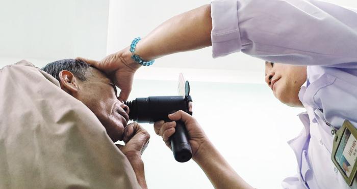 베트남 꽝찌성 빈린현 보건소에서 의사 레 득 키엔씨가 검안경 '아이라이크'를 이용해 환자 망막을 촬영하고 있다. 촬영된 이미지는 안과 전문의에게 전송된다.