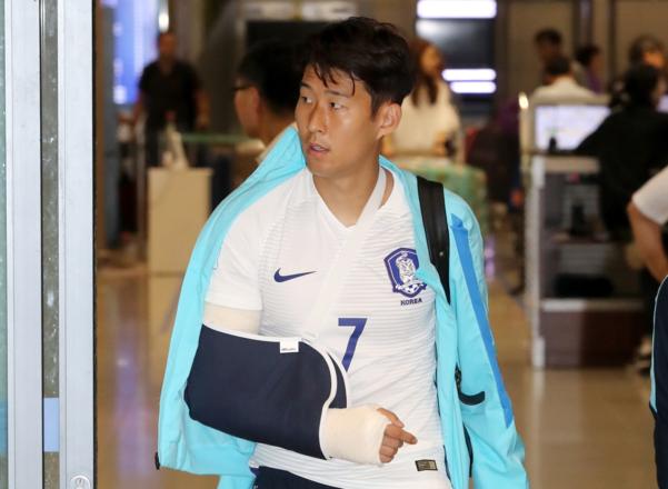 지난 2017년 6월 카타르 원정에서 오른팔 골절상을 당한 뒤 깁스를 하고 귀국하는 손흥민. /연합뉴스