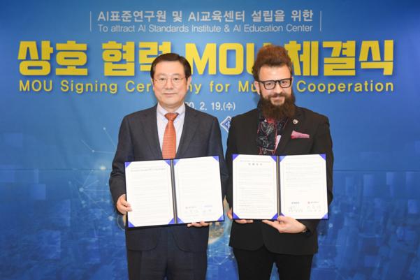 이용섭 광주시장(왼쪽)과 투피 살리바  IEEE 글로벌 AI 표준위원장과 표준연구원 설립 등을 추진하자고 협약했다./광주광역시 제공