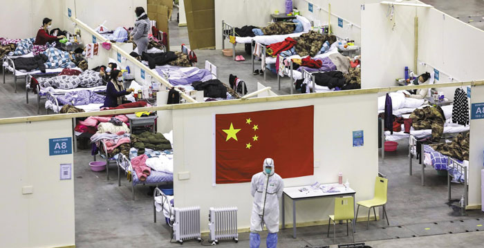 18일(현지 시각) 우한 코로나 경증 환자를 수용하기 위해 중국 우한 시내에 급조된 임시 병동에 커다란 오성홍기가 걸려 있다.