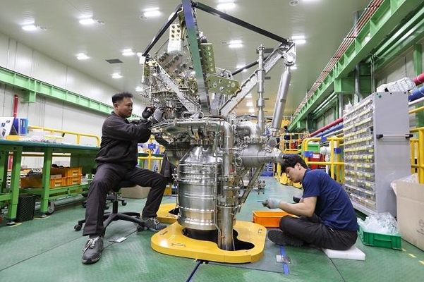 1월 31일 경남 창원 한화에어로스페이스에서 엔지니어들이 한국형 발사체에 장착될 75t급 엔진을 조립하고 있다. /최상현 기자