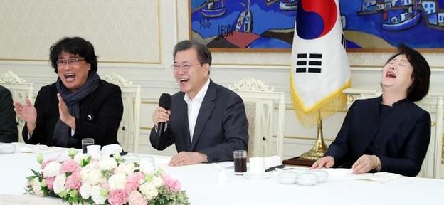 문재인 대통령과 참석자들이 지난 20일 청와대에서 영화 '기생충' 봉준호(왼쪽) 감독 등 참석자들과 대화를 나누던 도중 웃고 있다. /뉴시스