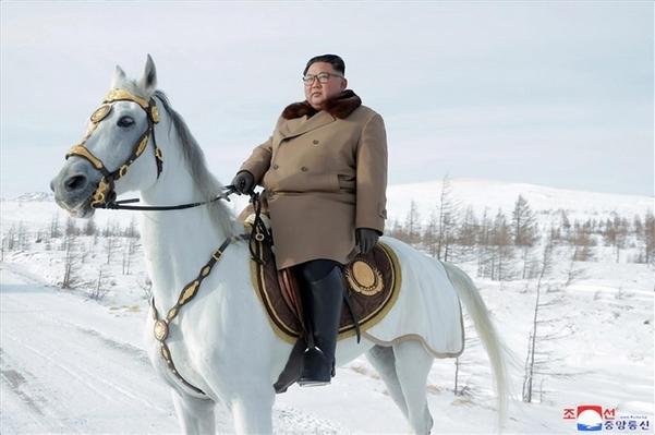 김정은 북한 국무위원장이 군마를 타고 백두산을 등정했다고 조선중앙통신이 작년 12월 4일 보도할 때 공개한 사진. /연합뉴스