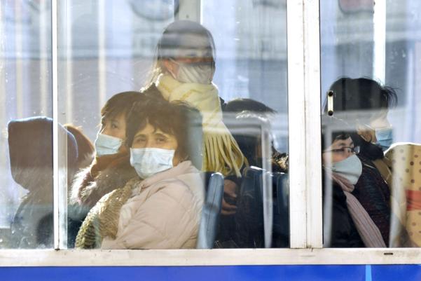 북한 평양 시민들이 지난 22일 마스크를 착용하고 무궤도전차에 탑승해 있다./AP·연합뉴스