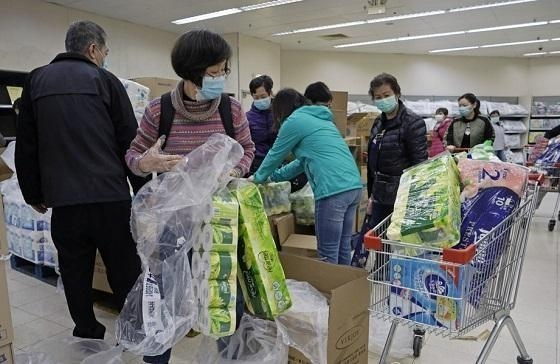 마스크를 쓴 홍콩 시민들이 지난 8일 한 슈퍼마켓에서 화장지 등 생필품을 구입하고 있다. /AP연합뉴스