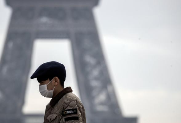 프랑스 파리 에펠탑을 찾은 한 관광객이 마스크를 착용하고 있다. /연합뉴스