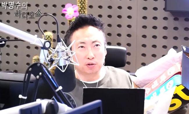 KBS 쿨FM에서 라디오를 진행하는 방송인 박명수.