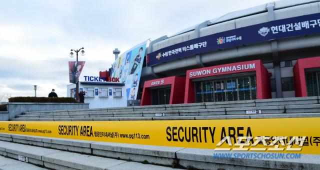 팬들이 출입하던 모든 출입구에 접근 금지를 뜻하는 안전띠가 둘러졌다.