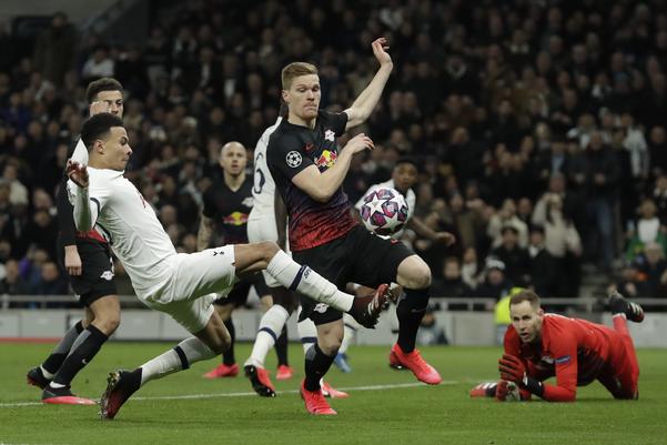 잉글랜드 프로축구 토트넘 홋스퍼의 델리 알리(왼쪽)가 19일(현지시간) 영국 런던의 토트넘 홋스퍼 스타디움에서 열린 RB 라이프치히(독일)와 2019-2020시즌 유럽축구연맹(UEFA) 챔피언스리그(UCL) 16강 1차전에서 슛을 시도하고 있다. /연합뉴스