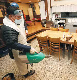 지난달 27일 서울 강남구보건소 관계자들이 한 식당에서 방역작업을 하고 있다. 우한 코로나 바이러스 감염증 세 번째 확진자가 다녀간 곳이다.