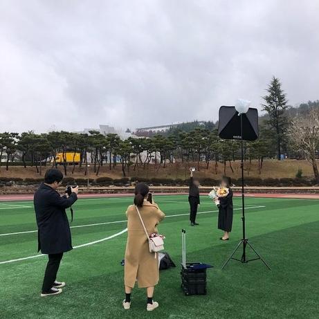 지난 26일 오후 광주광역시 조선대학교에서 이혜린(23)씨와 대학 친구들이 직접 준비해 온 조명과 카메라를 활용해 '셀프' 졸업사진을 찍고 있다. /독자제공
